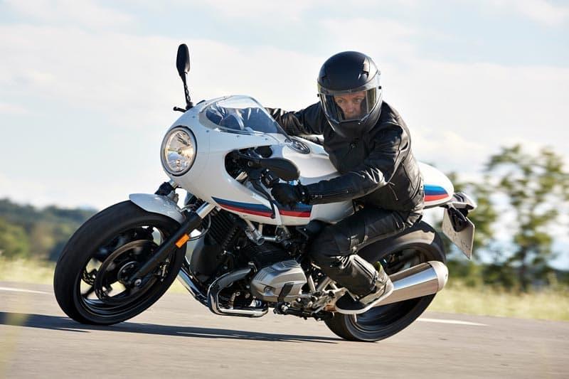 """Per molti appassionati di motociclismo """"meno è meglio"""". Per questo motivo optano a favore del """"motociclismo puro"""" e, conseguentemente, a favore delle motociclette che riflettono quest'approccio purista in modo autentico e credibile"""